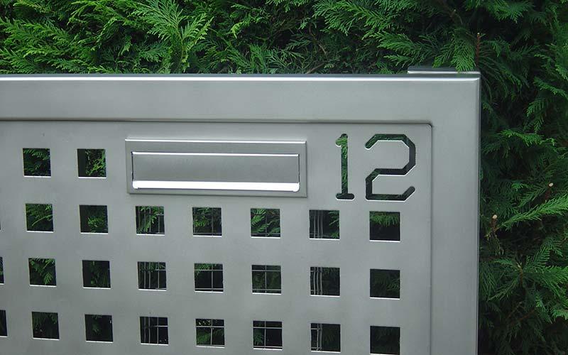 detalle de puerta con buzn de acero inox arenado